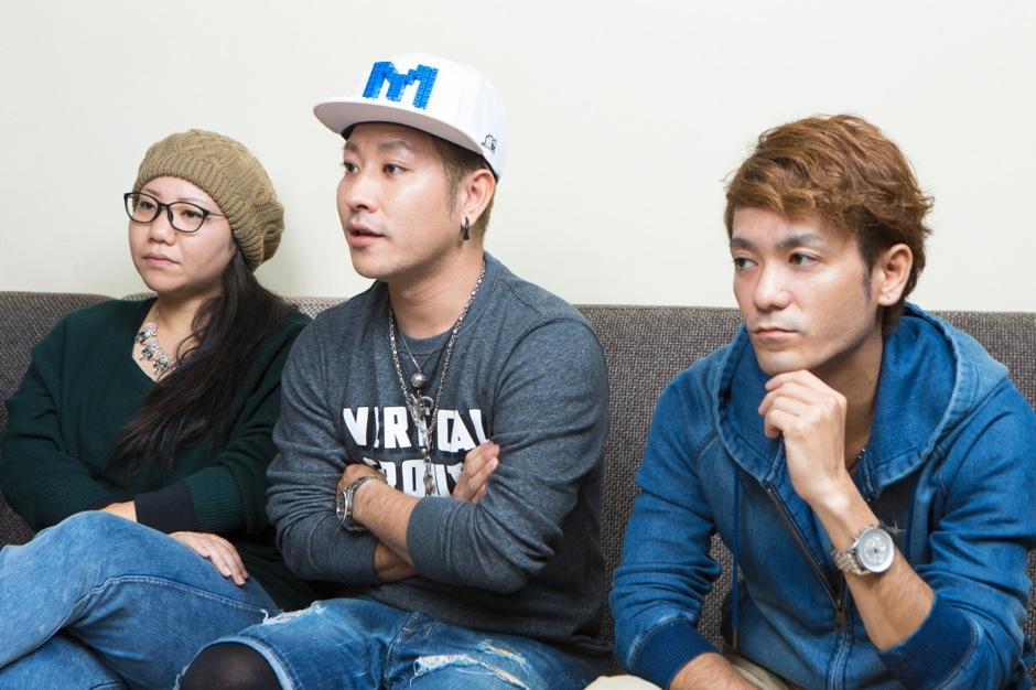 (左より)キーボード・ボーカル:仲宗根 泉 ドラム・ラップ:名嘉 俊 ギター・ボーカル・ラップ:新里 英之
