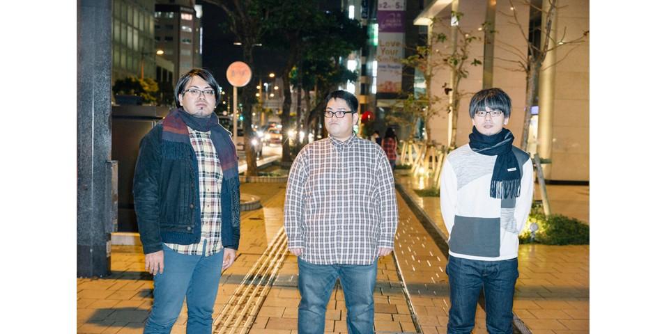 左から、兼島紳(ドラムス、コーラス)、高良豊(ヴォーカル、ギター)、田盛安一(ベース、コーラス)